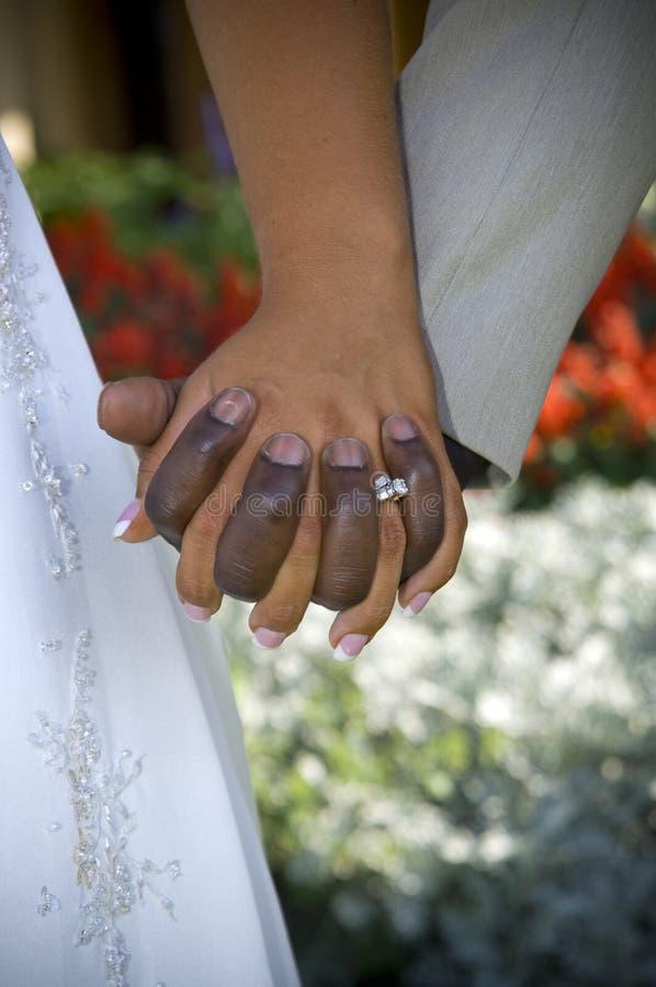 Mãos do dia do casamento fotografia de stock royalty free