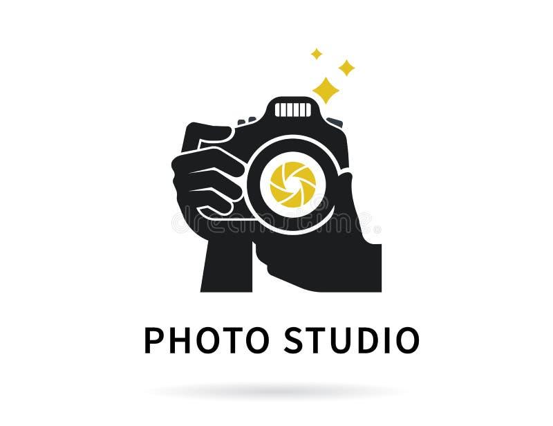 Mãos do fotógrafo com ilustração lisa da câmera para o ícone ou o molde do logotipo ilustração royalty free