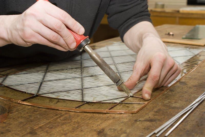Mãos do glasmaker pelo trabalho fotos de stock