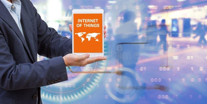 Mãos do homem de negócios que guardam o tablet pc digital imagem de stock