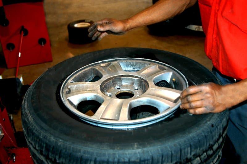 Mãos do homem do pneu imagens de stock