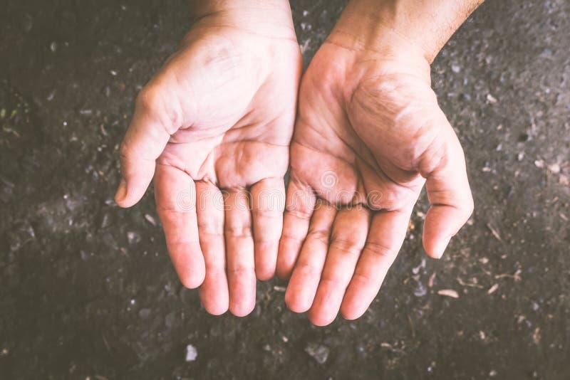 Mãos do homem que imploram pela ajuda do alimento imagem de stock royalty free