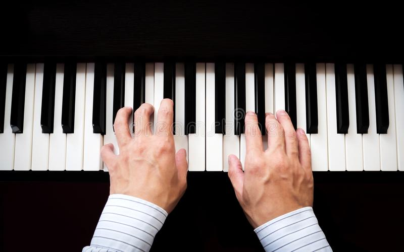 Mãos do homem que jogam o piano Música clássica Arte e fundo abstrato foto de stock