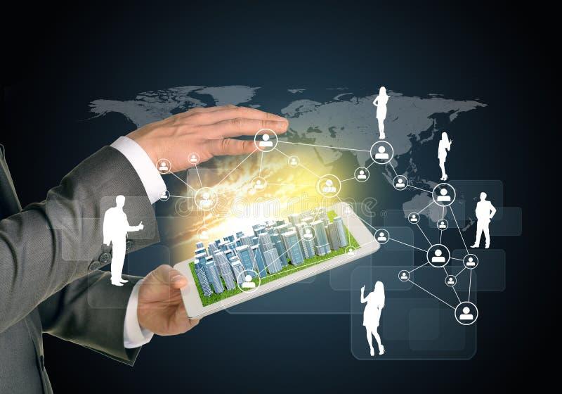 Mãos do homem usando o PC da tabuleta Cidade do negócio no toque imagens de stock royalty free
