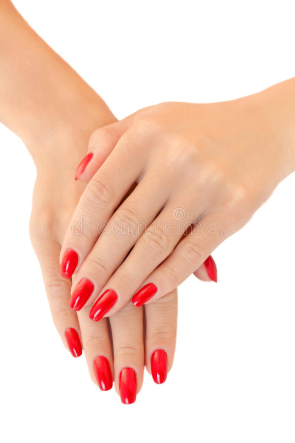 Mãos do mulheres novas. Lustrador de prego vermelho foto de stock
