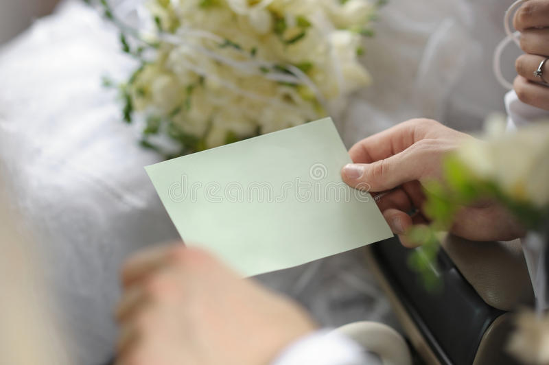 Mãos do noivo que prendem o cartão vazio fotos de stock