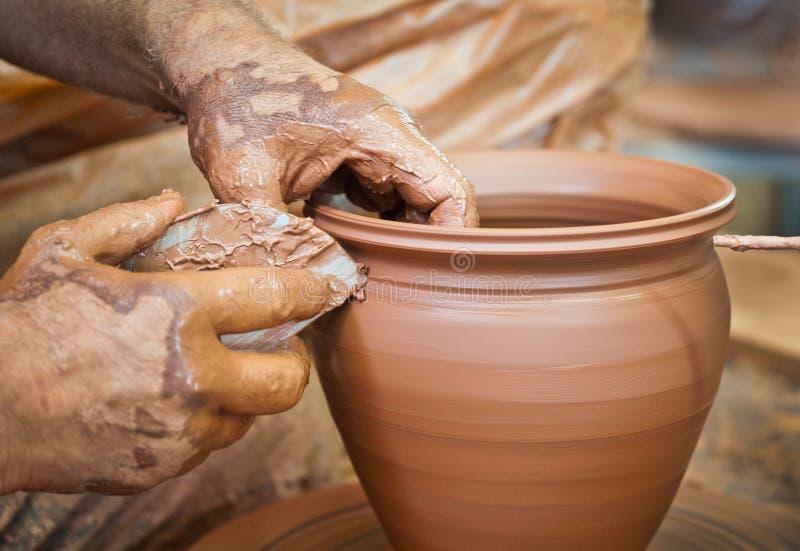 Mãos do oleiro fotografia de stock