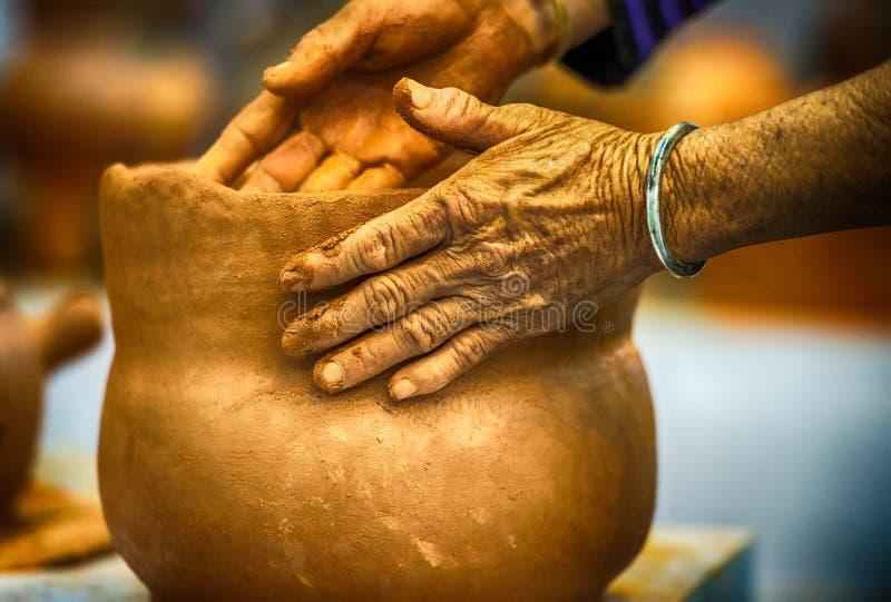 Mãos do oleiro fotografia de stock royalty free