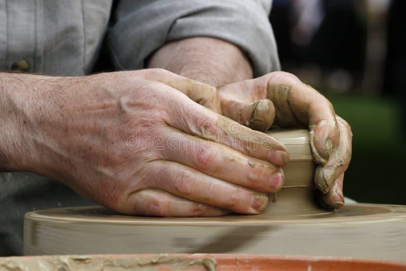 Mãos do oleiro fotos de stock