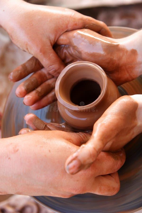 Mãos do oleiro no trabalho fotos de stock