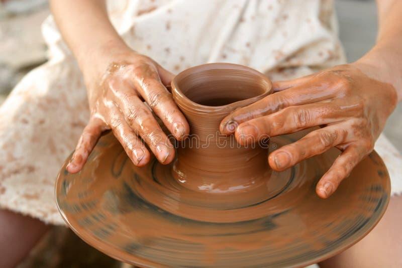 As mãos do oleiro no trabalho fotografia de stock royalty free