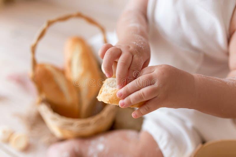 Mãos do padeiro pequeno na cozinha na farinha fotografia de stock royalty free