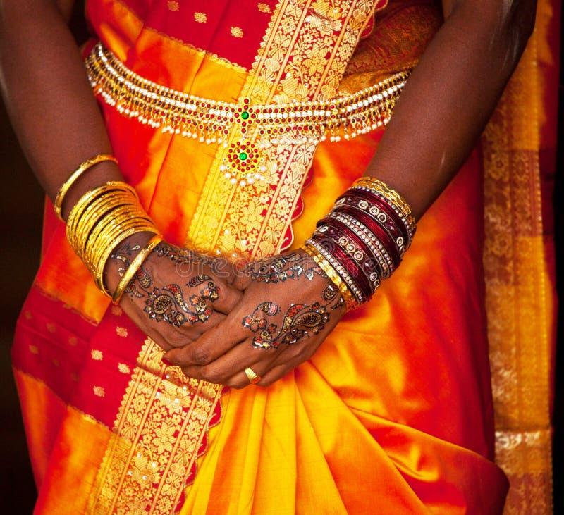 Mãos do par do casamento chinês fotos de stock