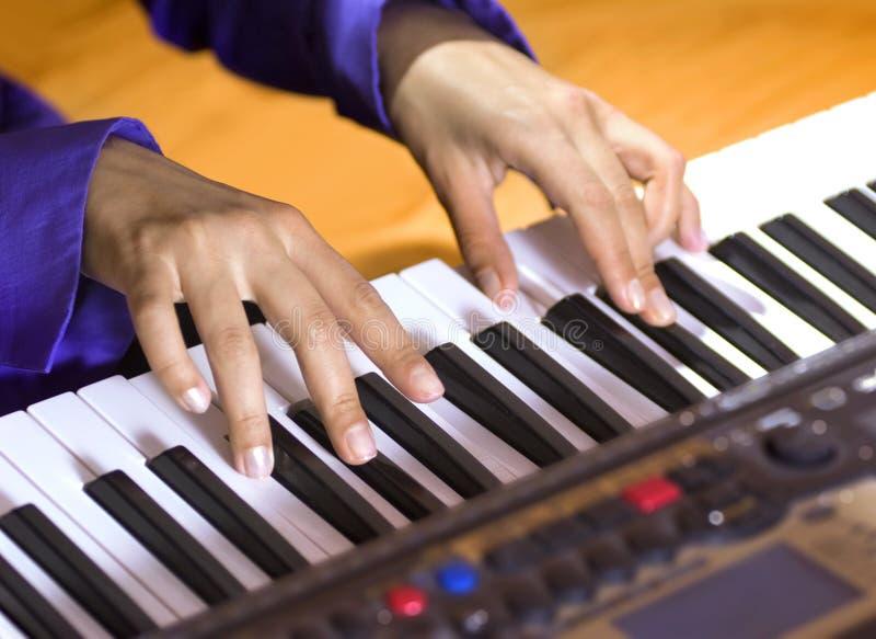 Mãos do pianista fotos de stock royalty free