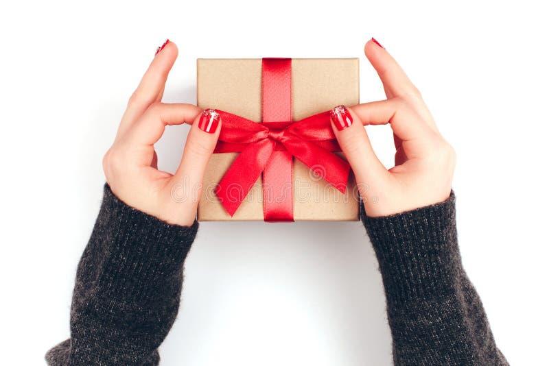 Mãos do ` s da mulher com caixa de presente imagens de stock royalty free