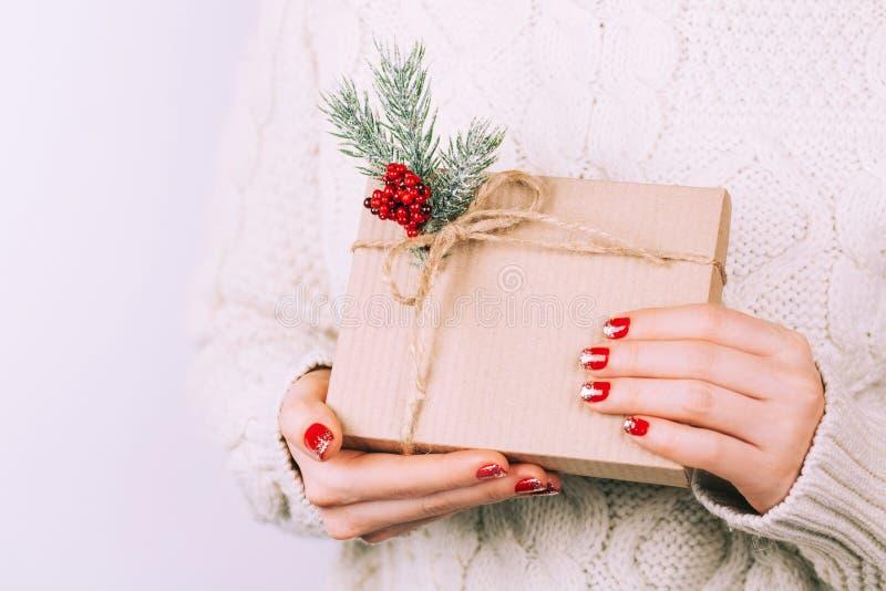 Mãos do ` s da mulher com caixa de presente do Natal fotos de stock