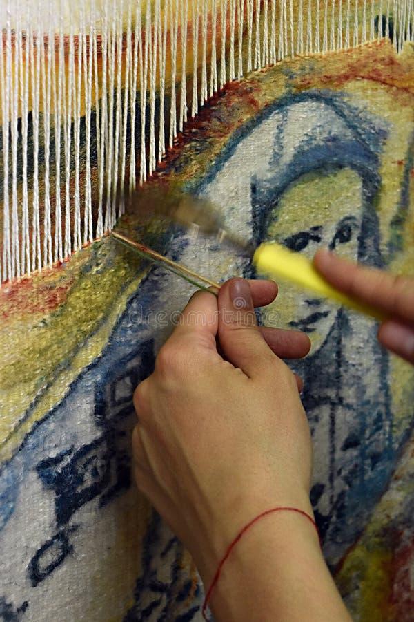 Mãos do ` s da mulher que fazem a tapeçaria fotos de stock royalty free