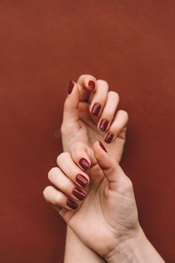 Mãos do tratamento de mãos com verniz para as unhas fotografia de stock royalty free