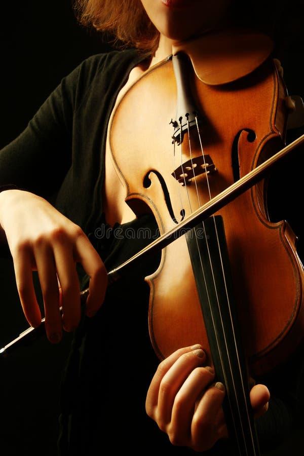 Mãos do violinista dos instrumentos musicais do violino foto de stock