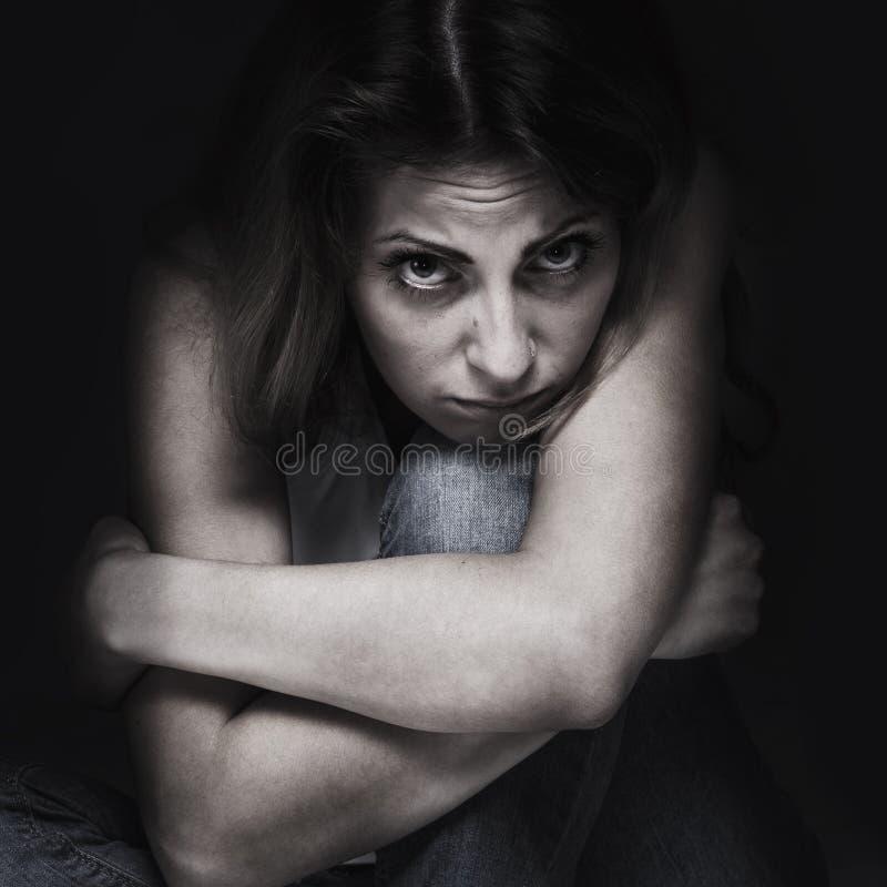 Mãos dobradas da menina como um símbolo da solidão Langua do corpo imagem de stock royalty free