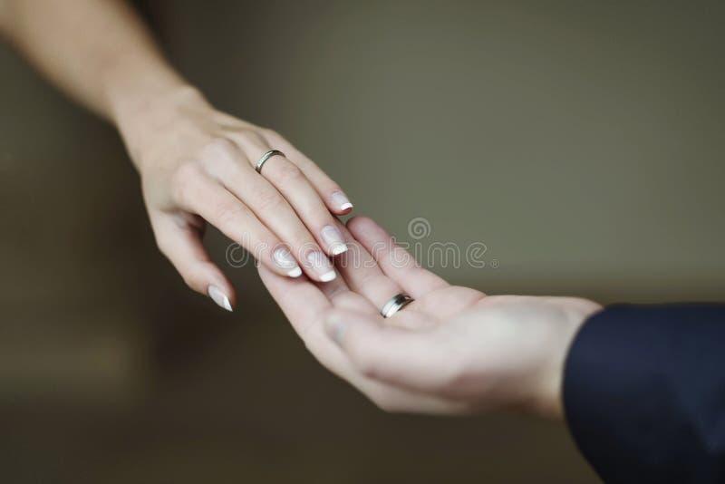 Mãos dos amantes homem e mulher foto de stock royalty free