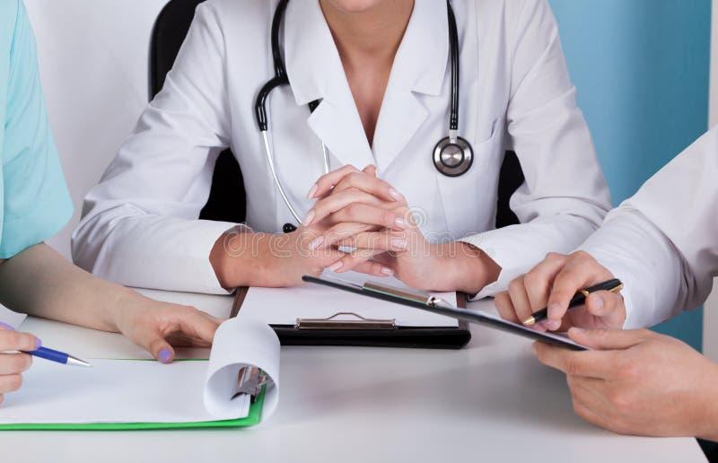 Mãos dos doutores com pranchetas foto de stock royalty free