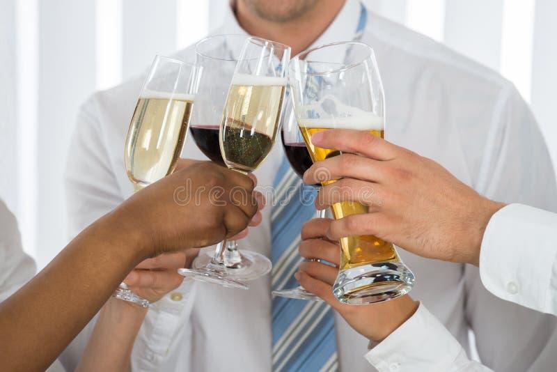 Mãos dos empresários que comem o brinde com Champagne foto de stock royalty free