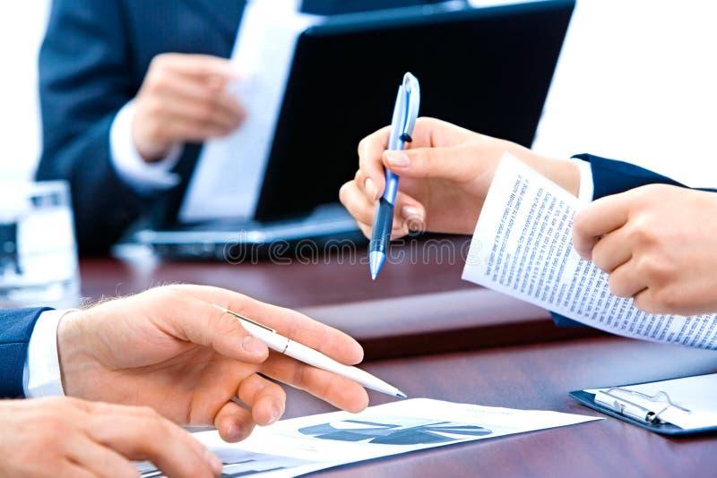 Mãos dos executivos fotos de stock royalty free