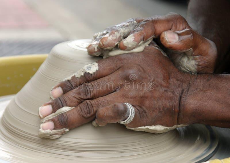 Mãos dos oleiro fotografia de stock royalty free