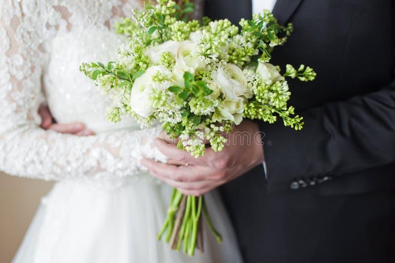Mãos dos pares no casamento imagens de stock