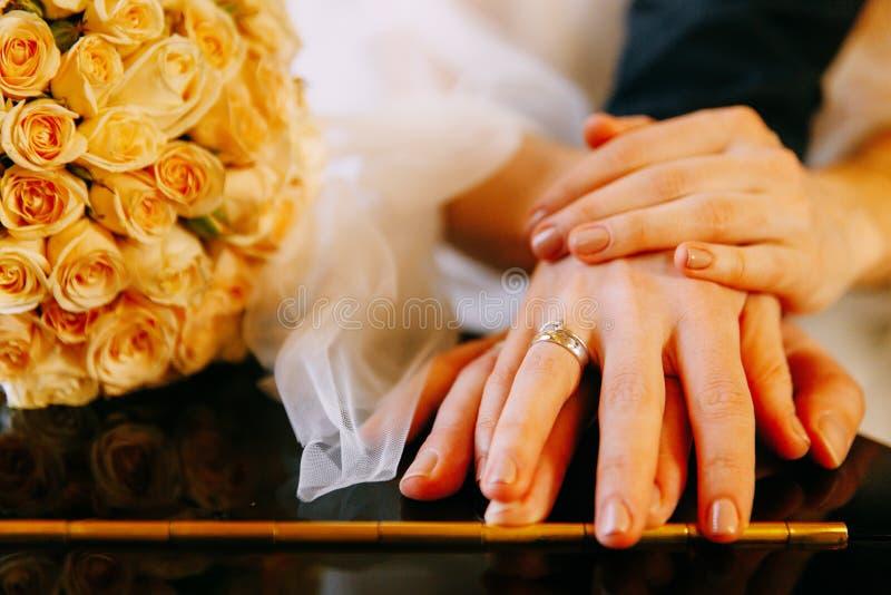 Mãos dos pares no casamento fotografia de stock royalty free