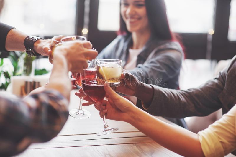 Mãos dos povos com os vidros do uísque ou do vinho, comemorando e brindando em honra do casamento ou da outra celebração imagens de stock royalty free
