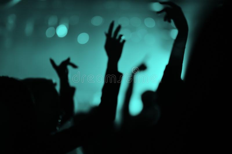 Mãos dos povos em um clube noturno foto de stock
