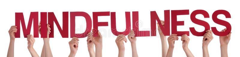 Mãos dos povos que guardam o Mindfulness reto vermelho da palavra fotos de stock