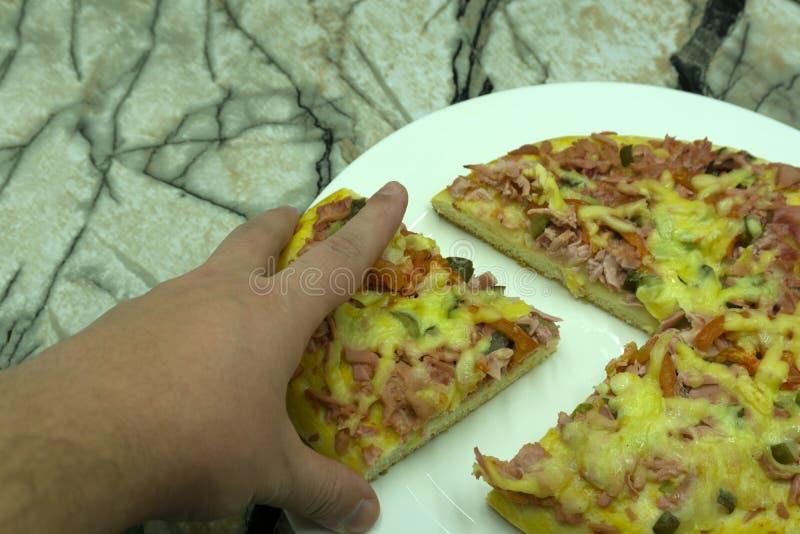 Mãos dos povos que tomam fatias de pizza Margherita A pizza Margarita e as mãos fecham-se acima sobre o fundo preto imagem de stock