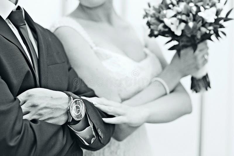 Mãos dos recém-casados foto de stock royalty free
