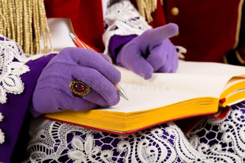 Mãos dos sinterklaas com livro imagem de stock royalty free