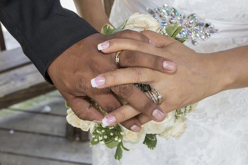 Mãos e alianças de casamento do casamento fotos de stock