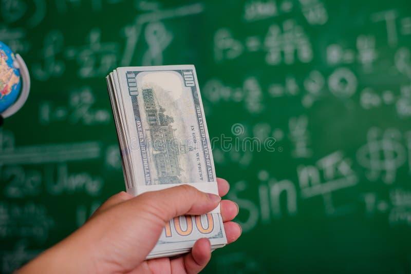 Mãos e mãos dos dólares do dinheiro e pessoas à procura de emprego dos dólares do dinheiro e financeiros e avanço bem sucedidos d fotos de stock