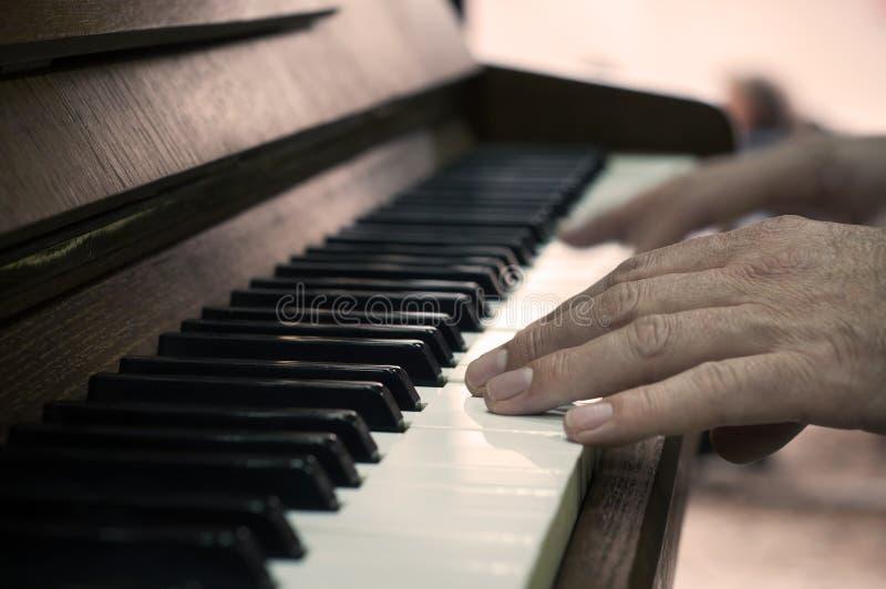 Mãos e jogador de piano fotografia de stock royalty free