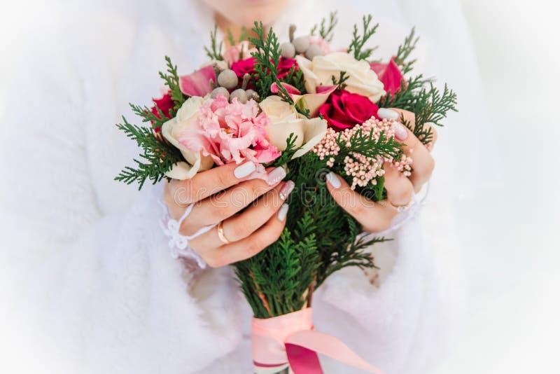 Mãos e noiva dos anéis imagens de stock royalty free
