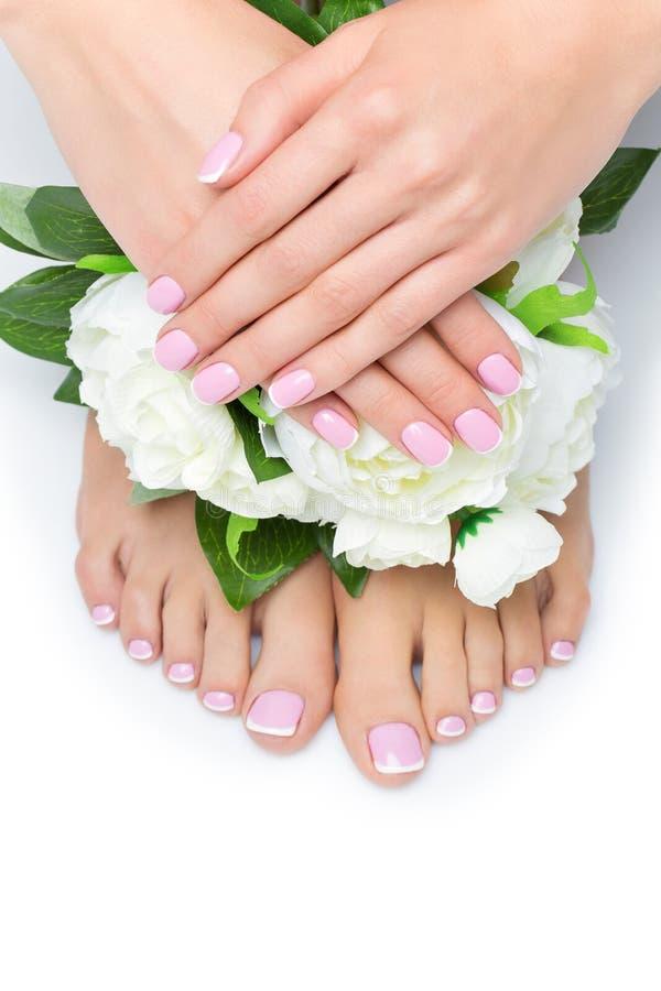 Mãos e pés da mulher com tratamento de mãos francês fotos de stock royalty free