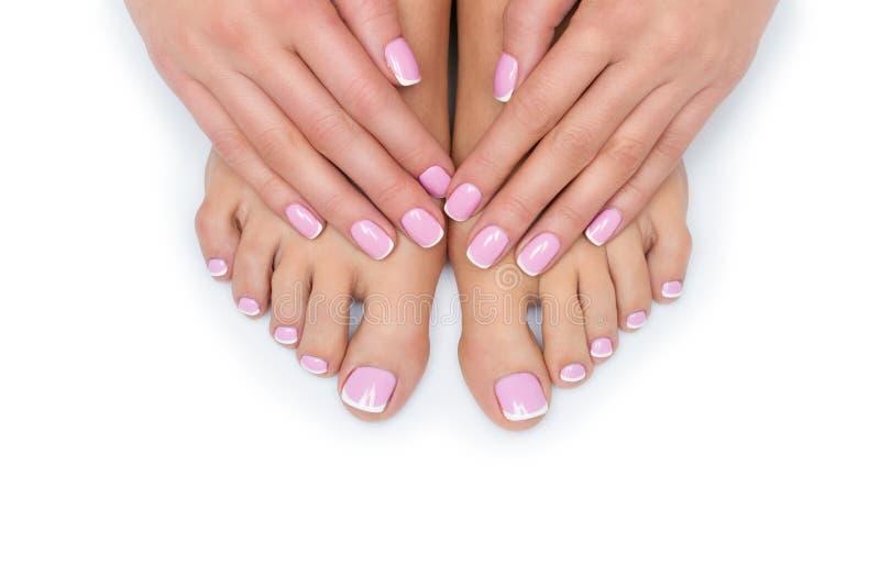 Mãos e pés da mulher com tratamento de mãos francês foto de stock
