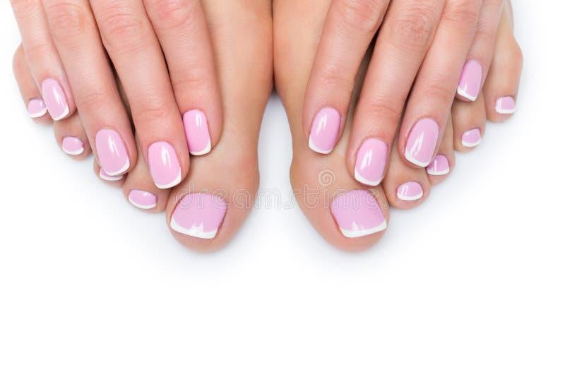 Mãos e pés da mulher com tratamento de mãos francês foto de stock royalty free