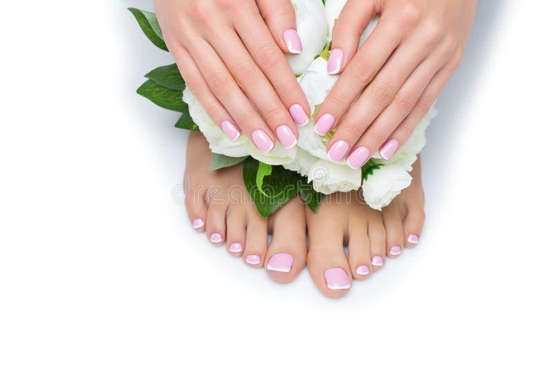 Mãos e pés da mulher com tratamento de mãos francês fotografia de stock royalty free