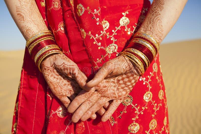 Mãos e pulseira do Henna. imagem de stock royalty free
