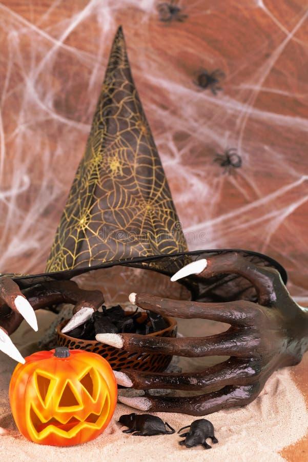Mãos e ratos da bruxa de Dia das Bruxas na areia fotografia de stock