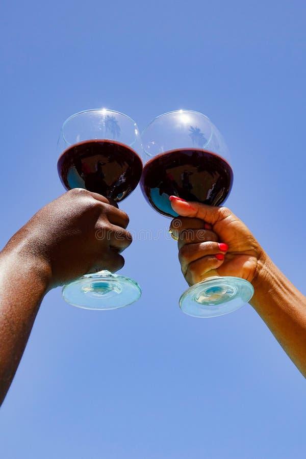Mãos e vidro de vinho fotos de stock royalty free