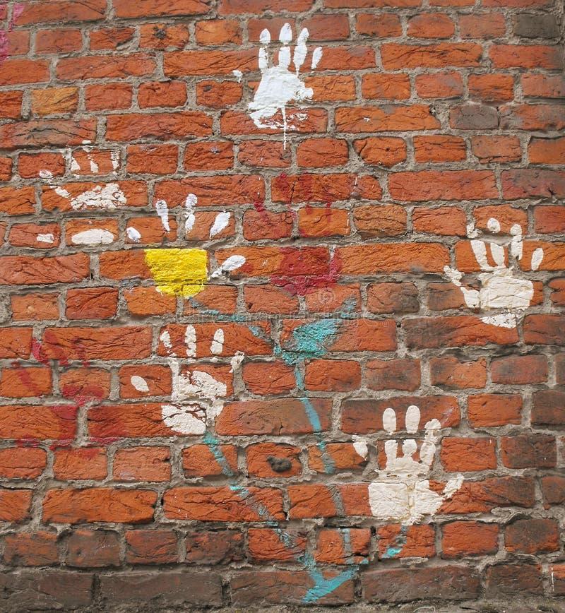 Mãos em uma parede. imagem de stock