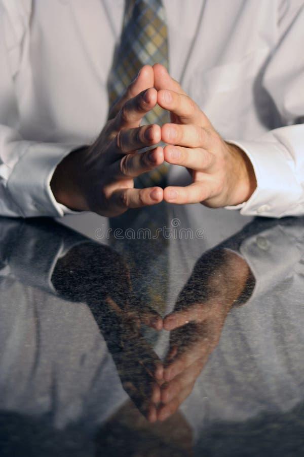 Mãos em uma reunião imagem de stock